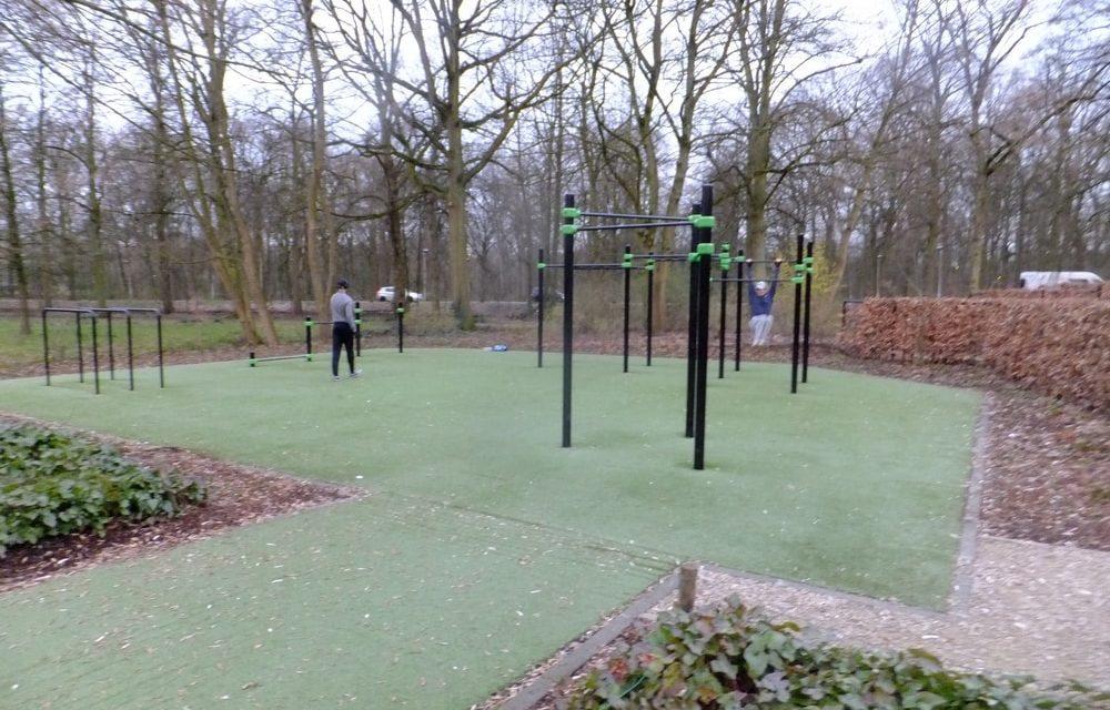 Een openlucht fitnessinfrastructuur in het rivierenhof gazet van