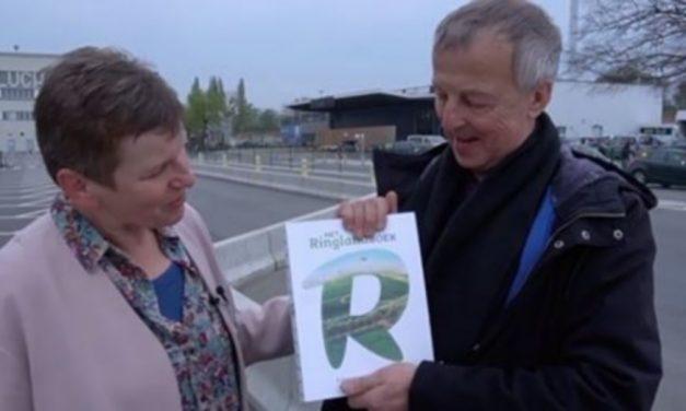 Een exemplaar van Het Ringlandboek gaat naar het Vliegerplein