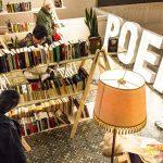 Lege boekenrekken in bib Couwelaar