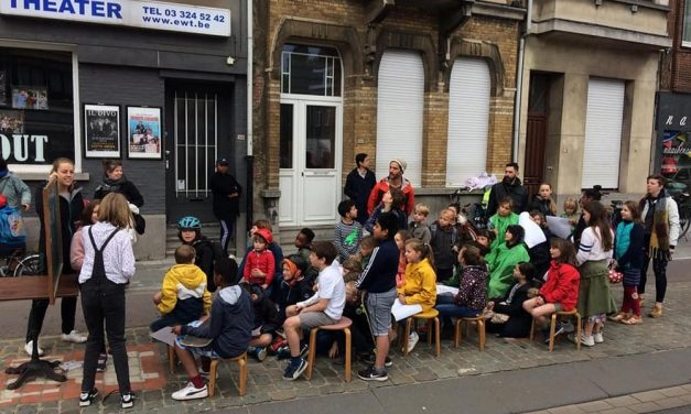 Leerlingen volgen les op de stoep van de Turnhoutsebaan