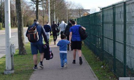 Voetgangers en fietsers lopen in elkaars weg