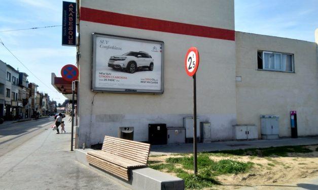 Illegaal publiciteitsbord houdt kunstwerk tegen