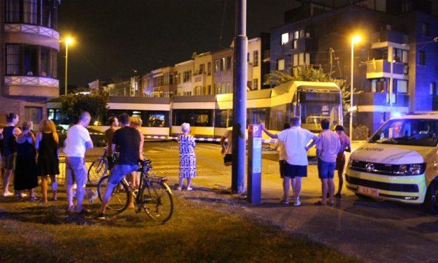 Tram ontspoort en boort zich in een gevel