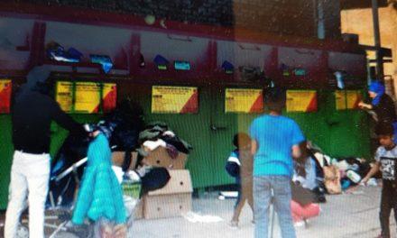 Kledingscontainers worden leeggehaald met hulp van kinderen