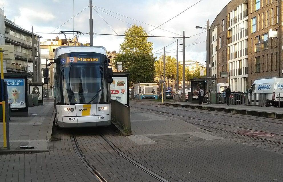 Paal van tramleiding begeeft het