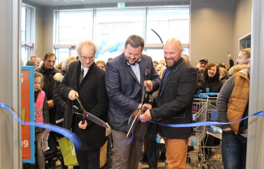 Honderden mensen verkennen de nieuwe supermarkt van Albert Heijn