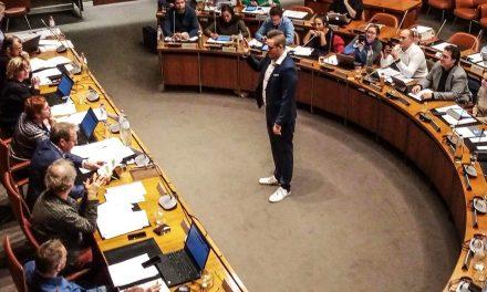 Nieuw districtsraadslid legt de eed af