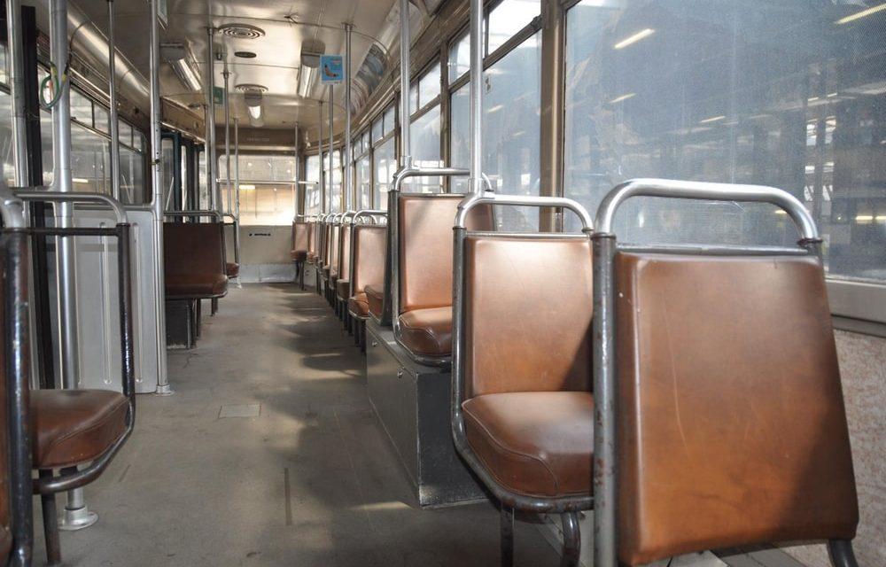 Bejaarde dame rijdt op stilstaande tram