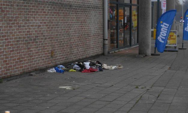 Containers zijn weg, kleren worden op de grond gegooid