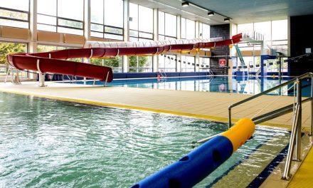 Plafond dreigt in het zwembad te vallen