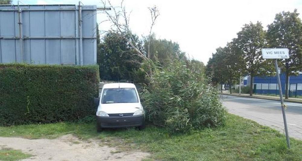 Wagen achtergelaten aan het Bosuilstadion.