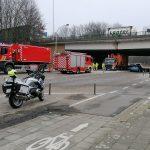 Vrachtwagen zit geklemd onder brug
