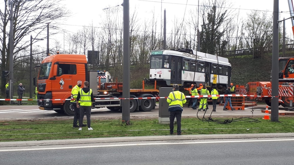Een tram rijdt in berm, een andere valt zonder stroom