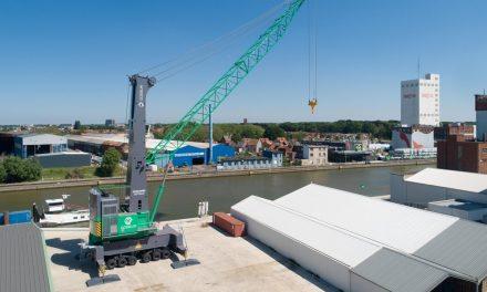 Nieuwe havenkraan verhuist over het water