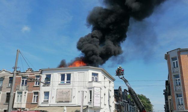 Dak van brasserie vat vuur