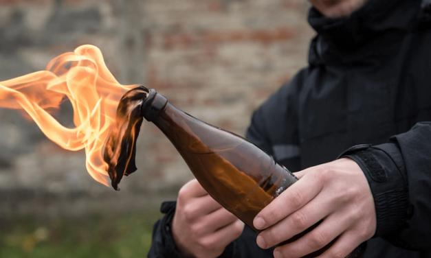 Molotovcocktail naar een huis gegooid.