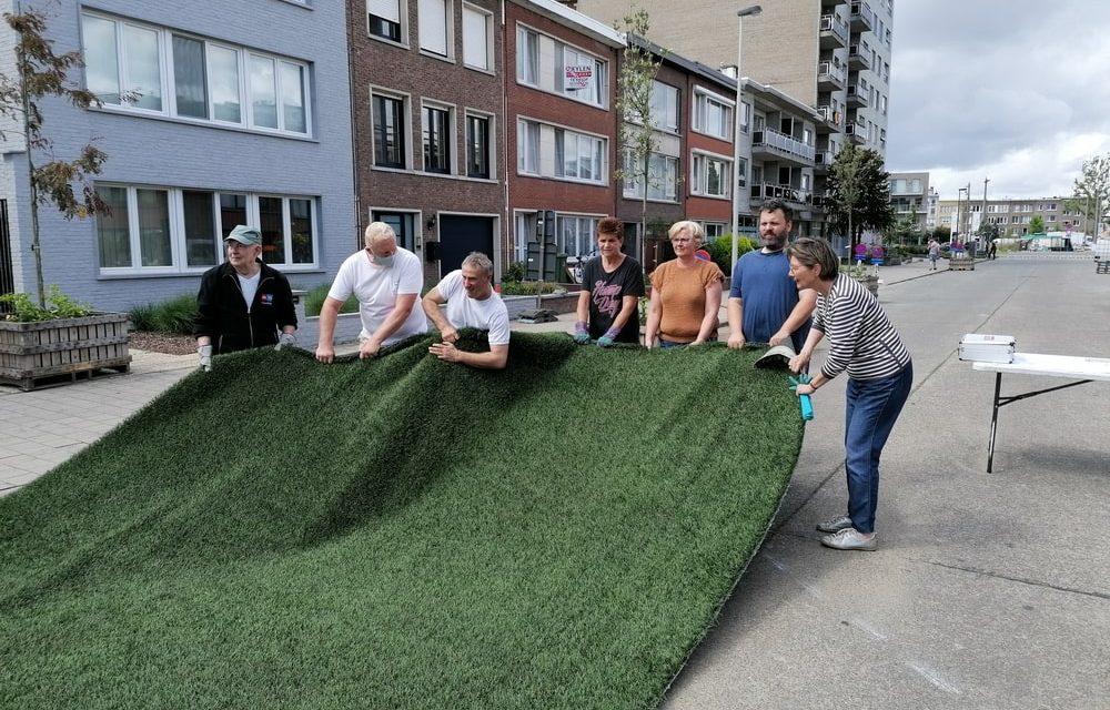 Bewoners steken hun straat in een groen kleedje