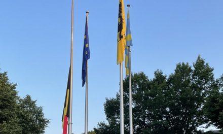 Slechts één vlag halfstok als teken van rouw