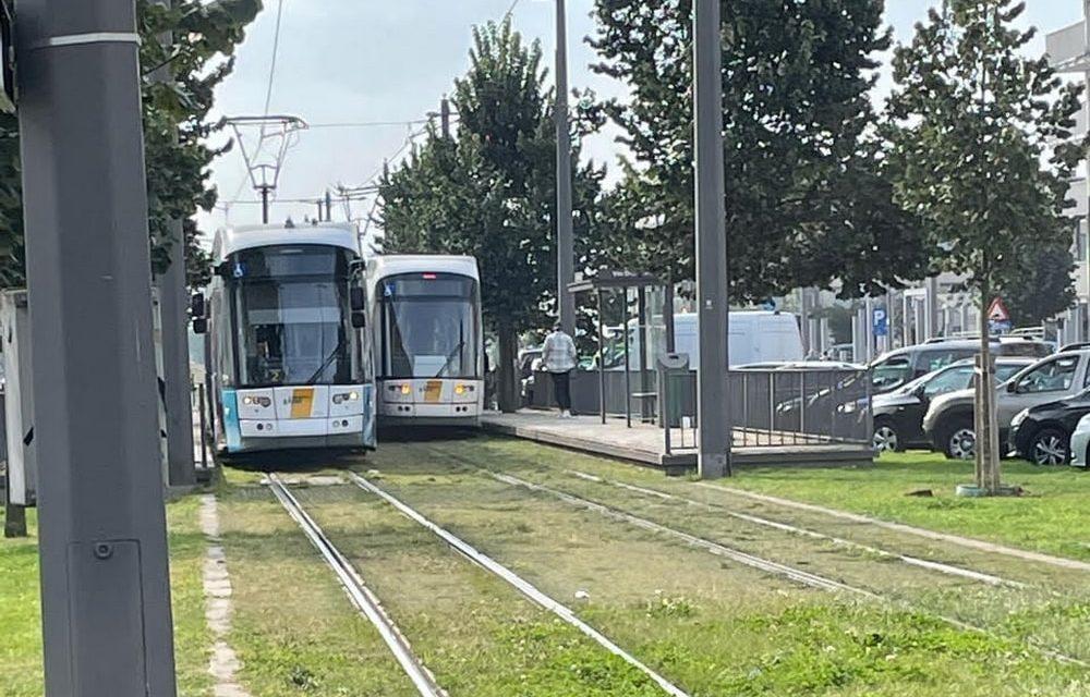 Loshangende kabel verstoort het tramverkeer